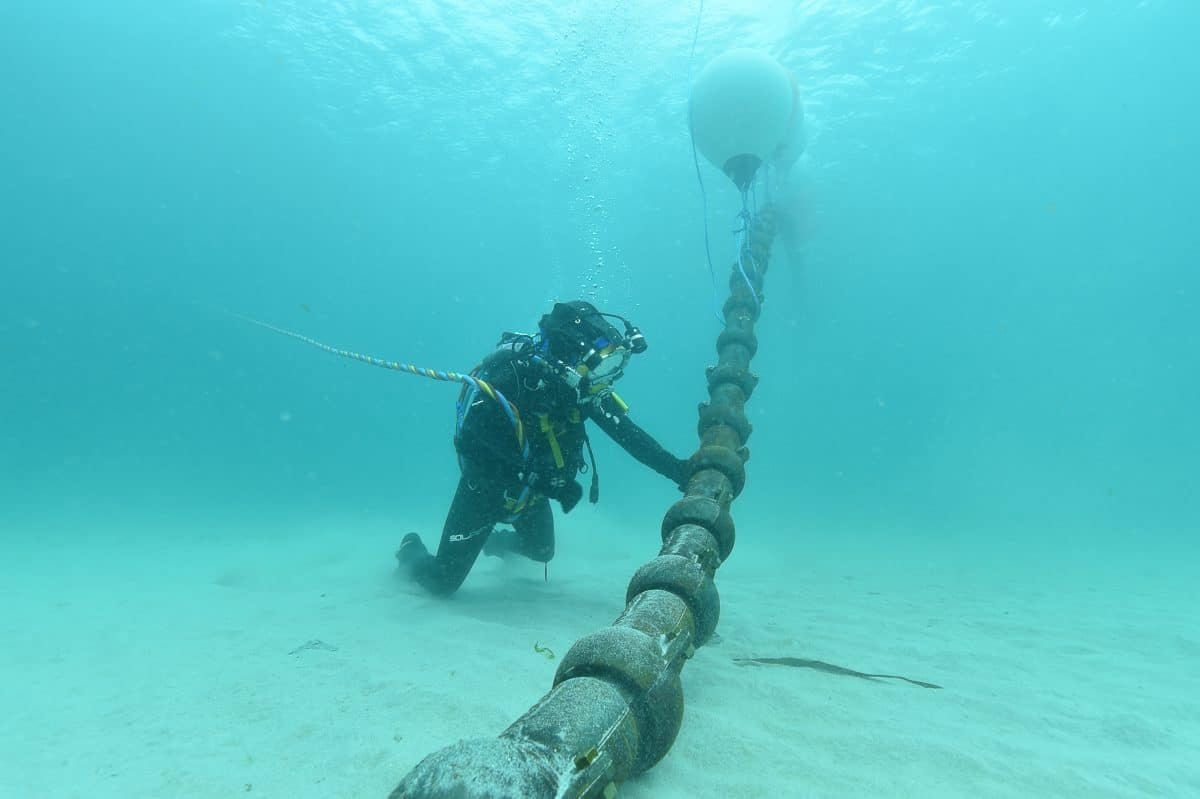 Pose du cable electrique de l'hydrolienne Sabella D10, le 25 Mai 2015 (île d'Ouessant-Finistère)-Coquilles de protection